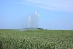 fält som bevattnar vete Arkivfoton