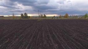 Fält, väg och moln lager videofilmer