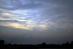 Fälten, himlarna och molnen av den lantliga aftonen för Thailand ` s Arkivbild