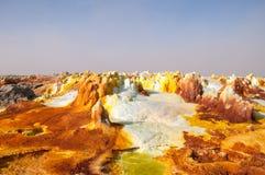 Fältet är orange svavel- volcanoes som sänder ut giftgasmoln, svavelinsättningar, är vitt och grönt i öknen av Danakil, th Royaltyfri Foto