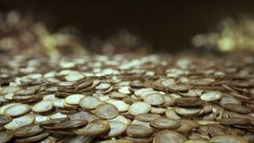 Fältet av euroet myntar kameran flyger över ett fält av euromynt arkivfilmer