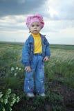 fältet blommar flickan Arkivbilder