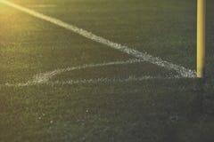 Fältet för hörnsparken och vita linjer på fotboll kastar Arkivbild