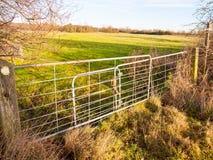 Fältet för porten för jordbruksmarkmetalllantgården stängde den låsta åkerbruka naturen Arkivfoton
