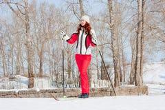 fältet skidar den sportsliga dräktkvinnan Royaltyfri Fotografi