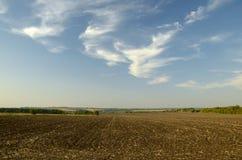 Fältet som plogas för framtida vårarbeten Arkivfoton
