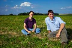 fältmän som sitter två fotografering för bildbyråer