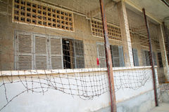 Fängelse med försett med en hulling - trådstaket Royaltyfria Foton