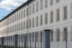 Fängelsebyggnad med rakknivtrådstaketet Royaltyfria Foton