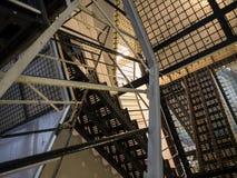 Fängelseceller och trappuppgångar i Lancaster slottfängelse i England är i mitten av staden Arkivbild