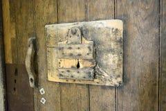 Fängelsedörrmöblemang på kungliga Abbey Fontevraud - Abbaye Royale de Fontevraud arkivfoton