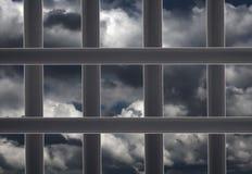 Fängelsefönstercell och molnig himmel Arkivbild