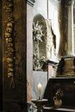 Fängelsehåla av den forntida gotiska kyrkan som dekoreras med verklig människa S Arkivbilder