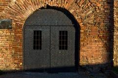 Fängelsehålan gillar dörrar av romaren väl på den Kalemegdan fästningen, Belgrade Royaltyfri Fotografi