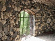 Fängelsehålaport i den gamla slotten royaltyfria foton