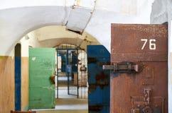 Fängelsekorridor med celldörrar Royaltyfria Foton