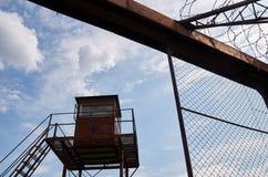 Fängelsewatchtower och försett med en hulling - tråd Royaltyfria Bilder
