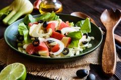 Fänkålsallad med grapefrukten, äpplet, stjälkselleri och oliv Fotografering för Bildbyråer