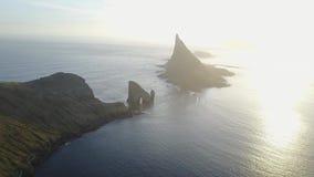 Färöer, atlantische Nordinseln im Sonnenuntergang Drangarnir ist der Sammelname für zwei Seestapel zwischen der kleinen Insel stock video footage