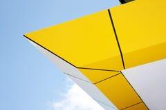 Färben Sie architecural Merkmal des Höchstgebäudes gelb lizenzfreie stockfotos