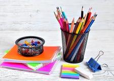Färben Sie Auflagen und farbige Bleistifte in einem Behälter, in einem Radiergummi und in einem Papier Lizenzfreies Stockbild
