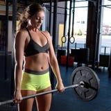 Färben Sie Bild einer athletischen Frau in einer Turnhalle ausarbeitend Lizenzfreie Stockfotos