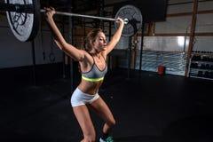 Färben Sie Bild einer athletischen Frau in einer Turnhalle ausarbeitend Lizenzfreies Stockbild