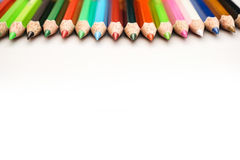 Färben Sie Bleistift auf einem Weißbuch für Hintergrund, Rahmen stockfotos