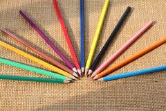 Färben Sie Bleistift auf Hanfhintergrund im selektiven Fokus Lizenzfreies Stockbild