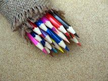 Färben Sie Bleistift auf Hintergrund, bunter Bleistift auf alter Wolle Lizenzfreies Stockfoto