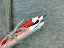Färben Sie Bleistift auf Hintergrund, bunter Bleistift auf alter Wolle Stockbilder