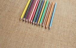 Färben Sie Bleistift mit Hanfhintergrund im selektiven Fokus Lizenzfreie Stockbilder