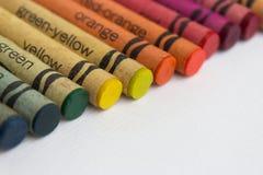 Färben Sie Bleistifte/alte Wachszeichenstifte auf Weißbuch Stockbild