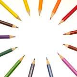 Färben Sie Bleistifte anordnen innen in den Farbenradfarben lizenzfreies stockfoto