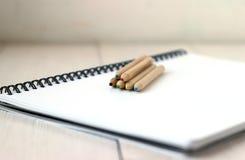 Färben Sie Bleistifte auf Sketchbook, Konzept der Zeichnung, Abschluss oben Lizenzfreie Stockbilder