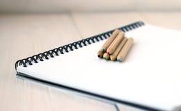 Färben Sie Bleistifte auf Sketchbook, Konzept der Zeichnung, Abschluss oben Lizenzfreie Stockfotos