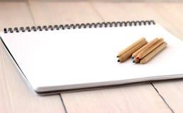 Färben Sie Bleistifte auf Sketchbook, Konzept der Zeichnung, Abschluss oben Stockfotos