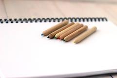 Färben Sie Bleistifte auf Sketchbook, Konzept der Zeichnung, Abschluss oben Stockfoto