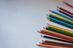Färben Sie Bleistifte auf weißem Hintergrund, kopieren Sie Raum lizenzfreie stockfotos