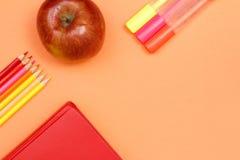 Färben Sie Bleistifte, Buch, Apfel und Filzstifte Der Kompaß und der Winkelmesser Lizenzfreie Stockbilder
