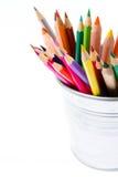 Färben Sie Bleistifte in den Blechdose- oder Bleistifthaltern und im grünen Apfel, BAC Lizenzfreies Stockbild