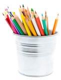 Färben Sie Bleistifte in den Bleistifthaltern, die auf weißem Hintergrund, Sc lokalisiert werden Lizenzfreie Stockbilder