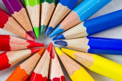 Färben Sie Bleistifte in der runden Bildung auf weißen Hintergrundextrem Clo Lizenzfreies Stockfoto