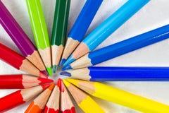 Färben Sie Bleistifte in der runden Bildung auf weißer Hintergrundnahaufnahme Stockfotografie