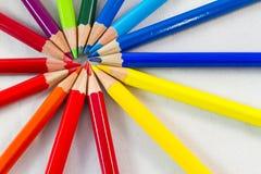 Färben Sie Bleistifte in der runden Bildung auf weißer Hintergrundnahaufnahme Stockbilder