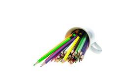 Färben Sie Bleistifte in der weißen keramischen Schale, die auf weißem Hintergrund lokalisiert wird Stockfotografie