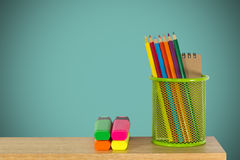 Färben Sie Bleistifte in einem grünen Halterkorb mit Markierungsstiften Stockfotos