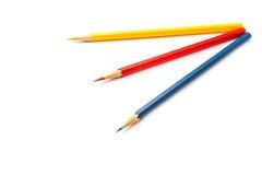 Färben Sie Bleistifte, Gelb, Blau, das Rot, lokalisiert auf Weiß, auf Augenhöhe Stockfotografie