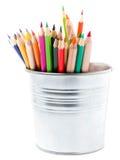Färben Sie Bleistifte im Aluminiumglas oder in Minieimer, die auf weißem b lokalisiert werden Lizenzfreie Stockfotos