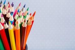 Färben Sie Bleistifte im Behälter mit hellem Hintergrund Bunte Bleistifte in einer Vielzahl von Farben Lizenzfreie Stockbilder